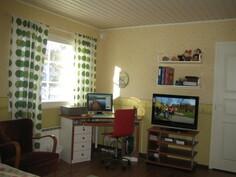 ... yläkerran isoimmasta makuuhuoneesta, josta käynti myös tilavaan vaatehuoneeseen sekä ...