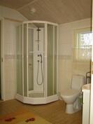 Kuvaa yläkerran isosta laatoitetusta kylpyhuoneesta!
