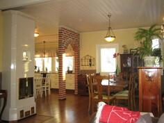 Kuvaa olohuoneen ja keittiön välissä olevasta viininurkkauksesta, josta on käynti myös ...