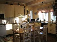 Erkkeri-ikkunallisessa kodikkaassa keittiössä on mm. runsaasti työskentelytilaa sekä ...
