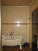 ... kauniin laatoitetun kylpyhuoneen sisäseinät kiviharkkoa ja vedeneristys on myös!
