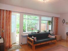 Olohuoneesta on käynti takapihan terassille. Huoneiston uudet ikkunat on asennettu kesällä 2016.