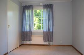 Alakerran makuuhuone jossa vaatehuone