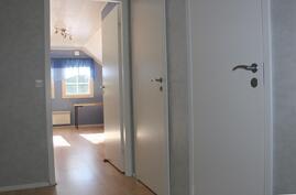 Yläkerta. Oikealla vaatehuone ja wc