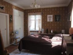 makuuhuoneessa kauniit vanhat tapetit