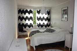 Yläkerran ison makuuhuone