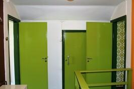 Vas. punainen huone, oik. vihreä huone. Kesk. toinen varastoista