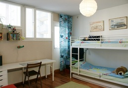 ... toisessa makuuhuoneessa on myös erittäin tilava vaatehuone ja ...