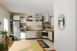 Taloyhtiöllä on oma ydinkeskustan tontti ja huoneiston väliseinät ym. keittiö-, ...