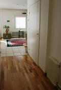 Näkymää eteistilasta keittiön ruokailutilaan ja huoneistolla on myös privaattiporraskäytävä!