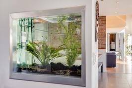 keittiön ja eteisen jakaa akvaario