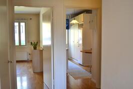 Olohuoneesta näkyy keittiö ja toinen makuuhuone