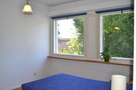 Makuuhuoneesta on rauhalliset ikkunanäkymät