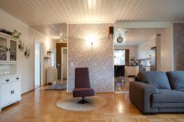 Olohuoneen ja keittiön välistä on purettu seinää ja tilasta on saatu näin entistä valoisampi