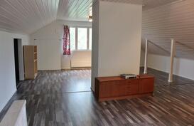 Yläkerran täysin remontoitu huonetila