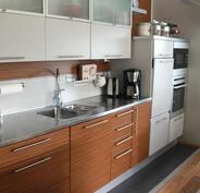 Keittiössä on runsaasti kaappitilaa ja nykyaikaiset kodinkoneet.