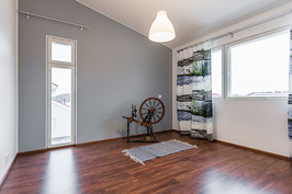 Yläkerran makuuhuone, jossa vaatehuone