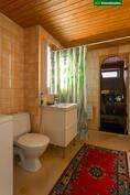 Tilava laatoitettu kylpyhuone