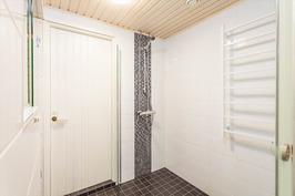 Kylpyhuone, joka remontoitu 2014
