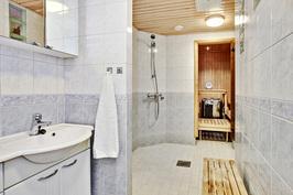 Alakerran pesuhuone // Nedre våningens tvättrum