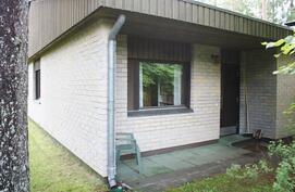 Talon sisäänkäynti etupihan vasemmalta puolelta.