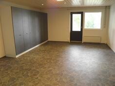 Alakerran suuri monitoimitila, josta saa tarvittaessa lisää makuuhuonetilaa
