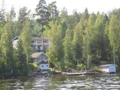 Kiinteistö järveltä päin kuvattuna
