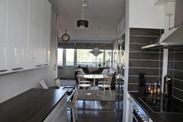 Keittiö ja olohuone näkymää.
