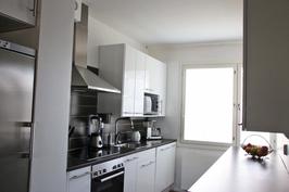 Tyylikäs 2011 remontoitu keittiö.