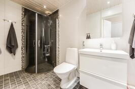 Kylpyhuone isommasa asunnossa