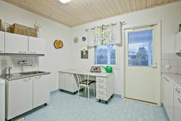Kodinhoitohuoneessa on hyvät työ- ja säilytystilat