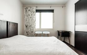 Makuuhuone 1, jonka yhteydessä vaatehuone.