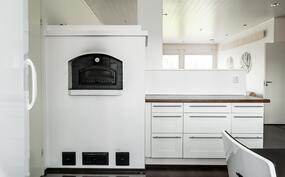 Leivinuuni. Saarekemainen ratkaisu jakaa olohuoneen ja keittiötilat.