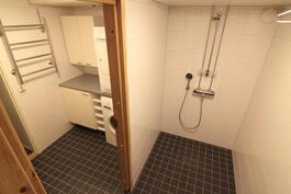 2015 uusittu kylpyhuone- ja kodinhoitotila, josta kulku saunaan