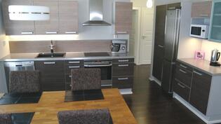 Keittiössä tyylikkäät Puustellin kaapistot.