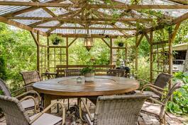Kesäruokailupaikka sateelta suojassa...
