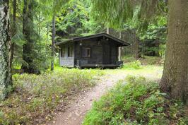 Noin 50 metriä päärakennuksesta sijaitsee toinen aittarakennus. Hirsinen mökki, johon voi majoittaa vaikkapa vieraat.