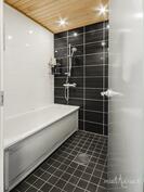 Kylpyhuoneessa amme ja suhku