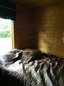 Päärakennuksen makuuhuone.
