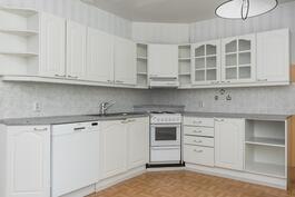 L-mallisessa keittiössä hyvin kaappitilaa ja pöytätasoa