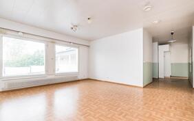 Hyvän kokoinen ja valoisa olohuone