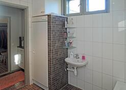 Kylpyhuoneessa myös kuivauskaappi, pukuhuoneessa kaappeja ja laatikostoja