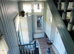 Kauniilta kuistilta nousee portaat yläkertaan
