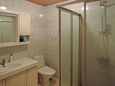 Yläkerran kylpyhuone / wc, josta käynti saunaan