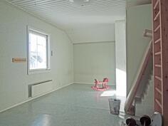 Yläkerran eteläpäädyn makuu- / harrastehuone on koko talon levyinen