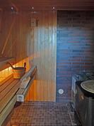 Alakerran saunassa puukiuas ja pata