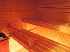 Yläkerran saunassa sähkökiuas