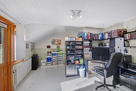 Yläkerran makuu-/työhuone - Sov- eller arbetsrummet på övre våningen