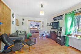 Avara olohuone, jossa takkavaraus - Rymlig vardagsrum med option för eldstad