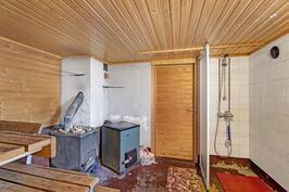 Kellarissa sauna- sekä paljon muuta tilaa - I kellaren finns bastun och mycket annat utrymme